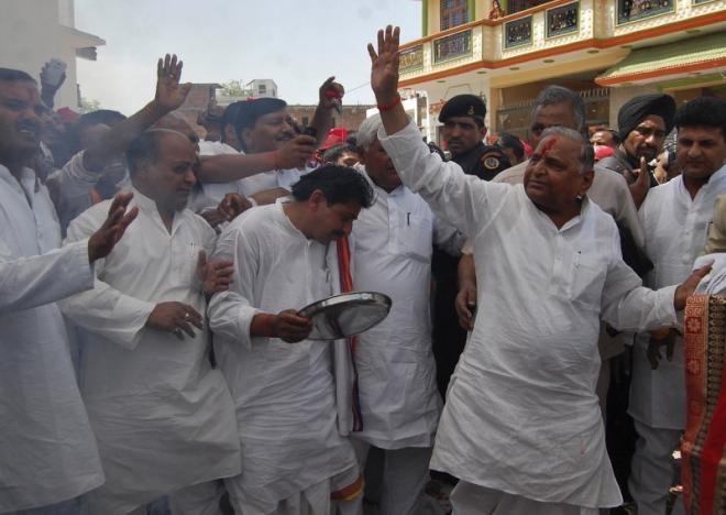Samajwadi Party (SP) chief Mulayam Singh Yadav (R) waves to his supporters before filing his nomination for the upcoming general election at Mainpuri in the northern Indian state of Uttar Pradesh April 4, 2014. REUTERS/Pawan Kumar