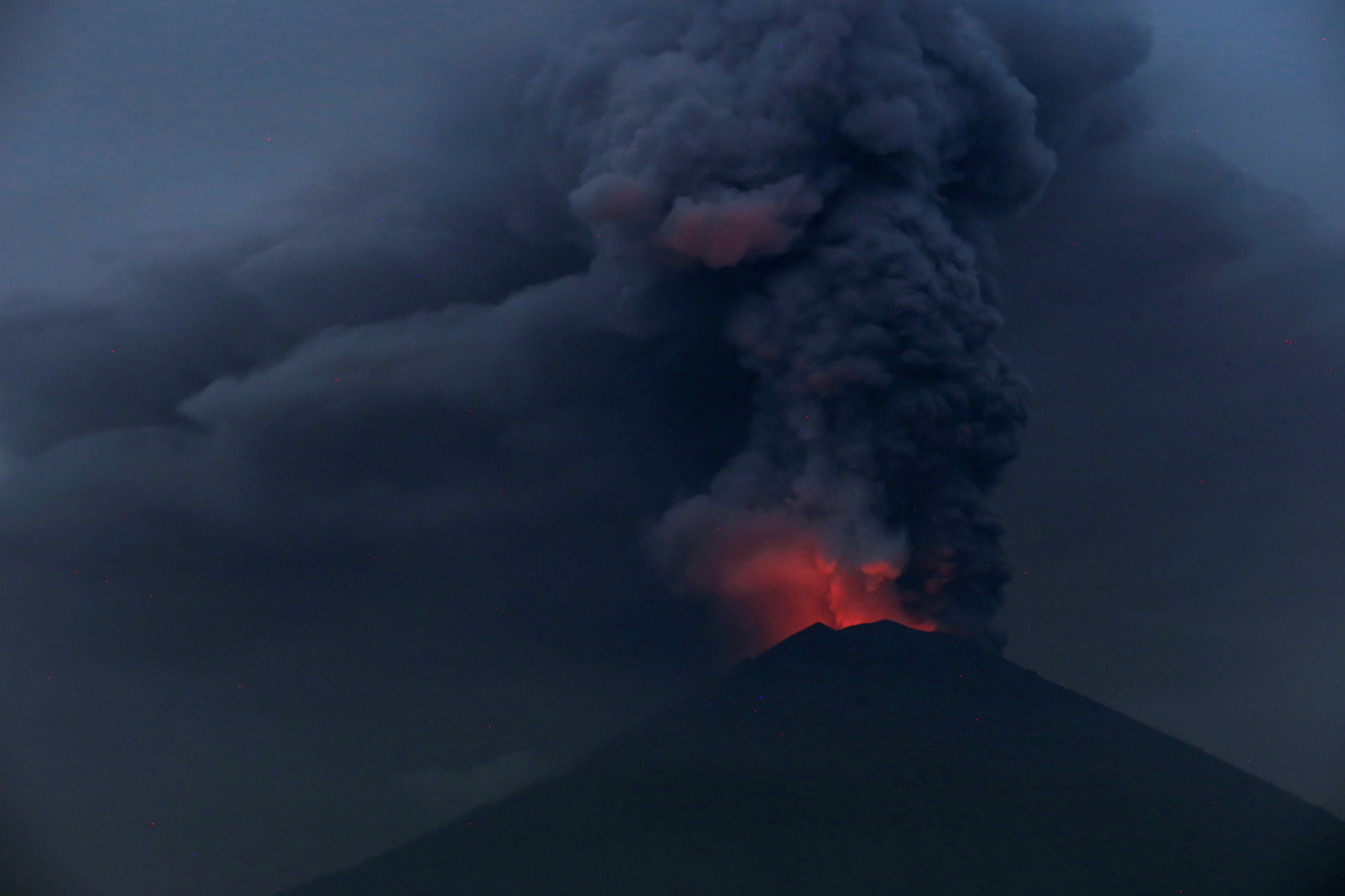 Lava filling Bali crater, big eruption possible