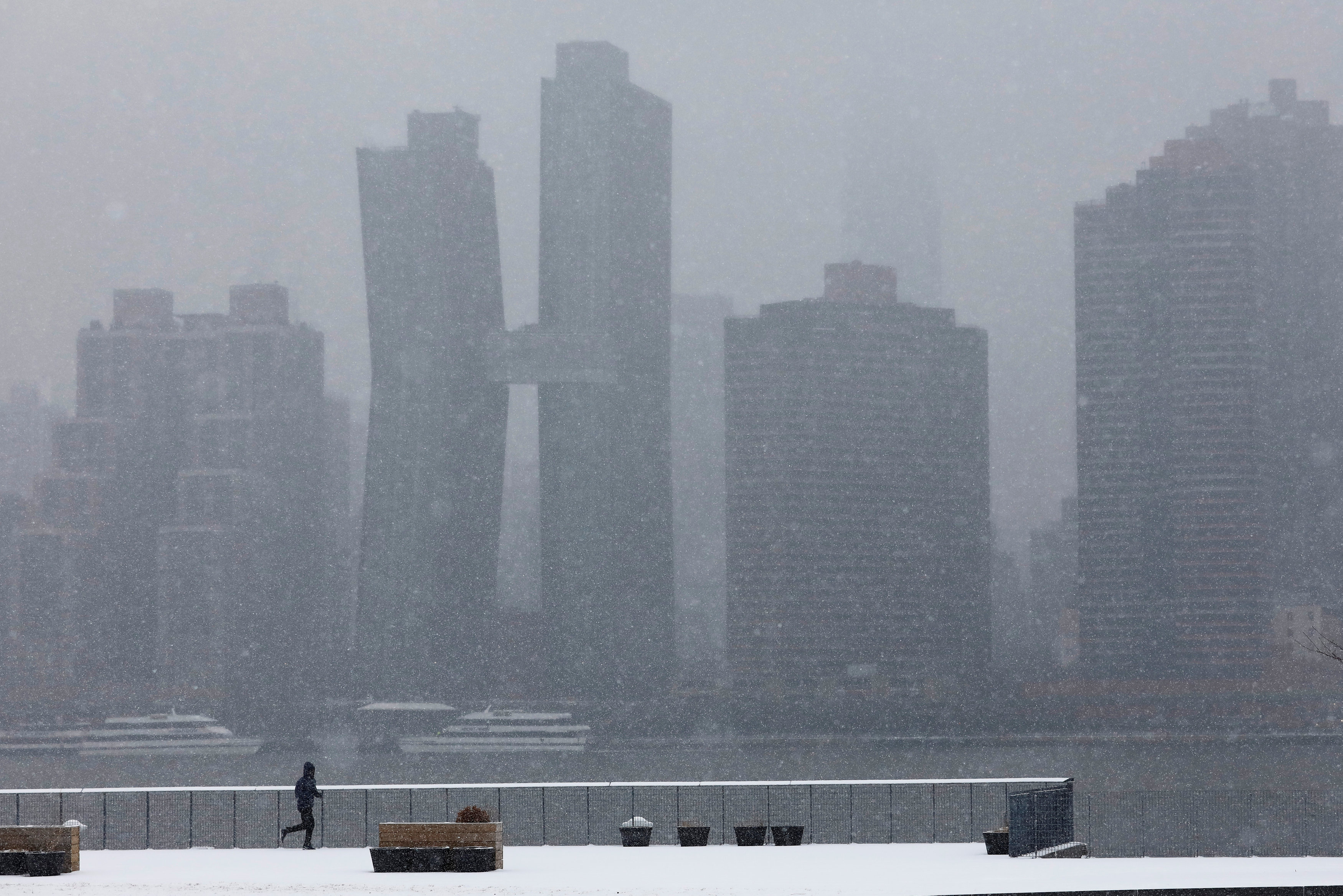 Snowstorm hammers US Midwest, hundreds of flights canceled