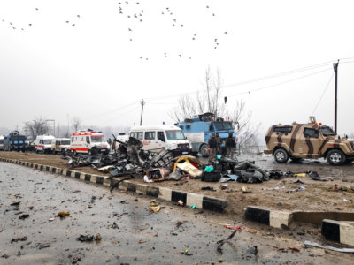 Soldiers examine debris after an explosion in Lethpora in south Kashmir's Pulwama district February 14, 2019. REUTERS/Younis Khaliq